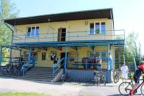 Správní budova s hospodou nabízí zázemí hráčům, rozhodčím i návštěvníkům fotbalových utkání.