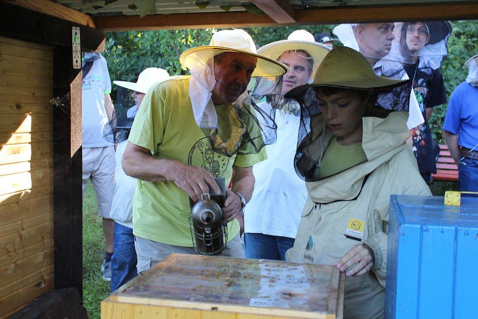 Klienti havířovského Santé se přišli za členy z kroužku Ambrožíci podívat na stáčení medu.