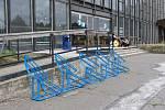 Dnes už neexistující stojan na kola před vlakovým nádražím v Havířově.