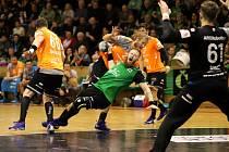 Karvinští házenkáři (v zeleném Jan Užek) přetlačili ve středu Plzeň a stav finálové série je tak vyrovnaný 1:1 na zápasy.