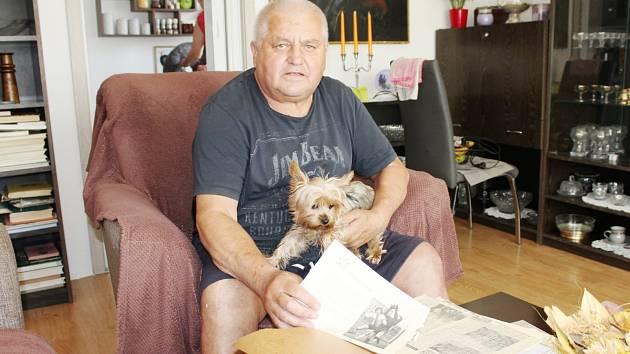 Letošní jubilant Emil Slovák vzpomíná na aktivní kariéru ve svém ostravském bytě.
