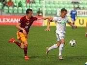 Jan Suchan (v bílém) a jeho spoluhráči neodehráli proti Dukle dobré utkání.