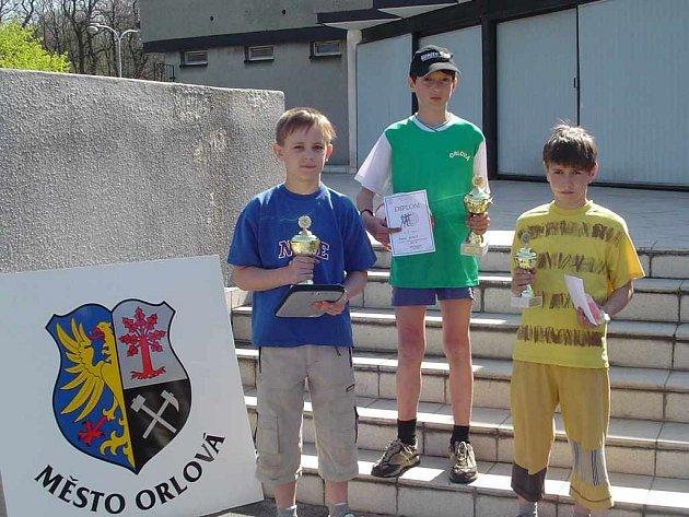 Ondřej Genco (vlevo), závodník KB Orlová s pohárem pro vítěze kategorie žáci A.