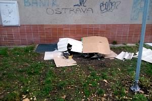 Bezdomovci spí na vyhřátých roštech za Labužníkem.