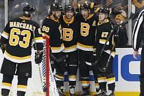 David Pastrňák (druhý zleva) slavil s Bostonem další svůj gól a další výhru.