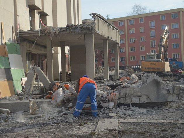 V Karviné pokračuje rekonstrukce kina Centrum. V sobotu se dělníci pustili do demolice ochozu kina.