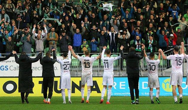 Karvinští fotbalisté oslavili další výhru pod trenérem Františkem Strakou.