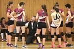 Volejbalistky trenéra Koupila (dole) mají důvod k úsměvu. Jejich zahajovací sezona dopadla dobře.