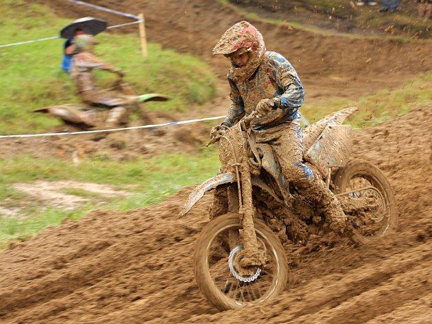 Motokrosové závody v Petrovicích se vydařily i přes mírnou nepřízeň počasí.