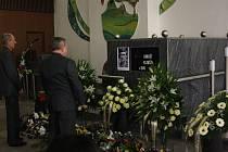 Zcela zaplněná obřadní síň Centrálního hřbitova v Karviné-Ráji se ve čtvrtek loučila s místní sportovní legendou – házenkářem Arnoštem Klimčíkem.
