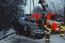 Vozidlo skončilo na střeše v potoce.