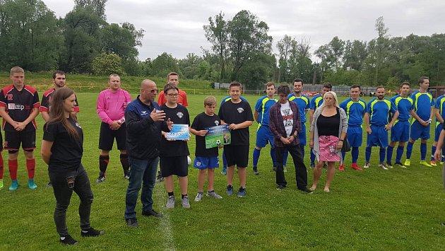 Fotbalový klub Gascontrol pomohl postiženému chlapci. Umikrofonu předseda klubu Radomír Zábranský.