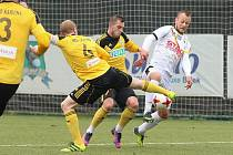 Karvinští fotbalisté (ve žlutém) v přípravě s lídrem polské ligy Bialystokem.