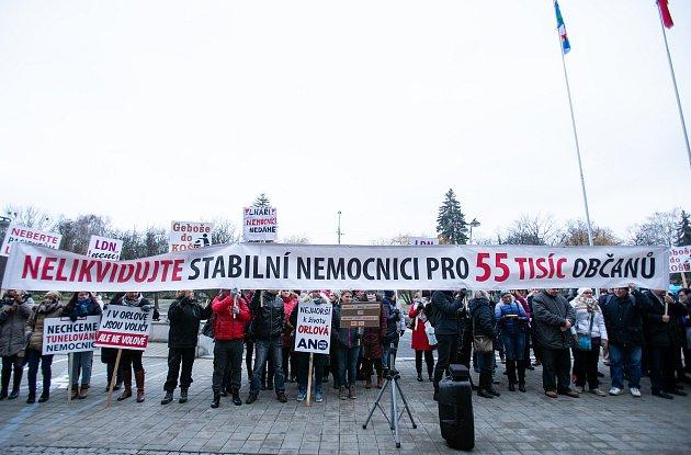 Demonstrace za záchranu nemocnice vOrlové na Karvinsku před zasedáním krajského zastupitelstva.