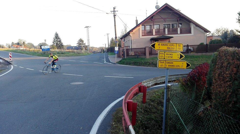 Nová cyklostezka v Havířově, která cyklostezkou není. Cyklotrasy vedou ze Selské ulice vpravo a vlevo. K nové cyklostezce žádný směrovník neukazuje.