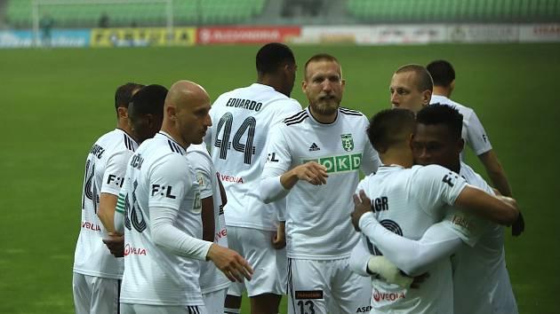 Martin Šindelář (uprostřed) a jeho kolegové aktuálně moc důvodů k radosti nemají.