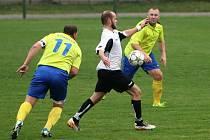 Jan Lukan (v bílém) vystřelil v derby povedený kousek - čtyři góly.