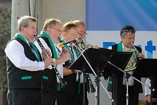 Vsobotu 8.června vKarviné na náměstí zahraje Malá černá hudba.