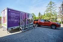 V Karviné bude od pondělí 1. června k dispozici tzv. setkávač, kontejner, kde se budou moci senioři z LDN setkávat se svými blízkými. Modul zapůjčil Český olympijský výbor.