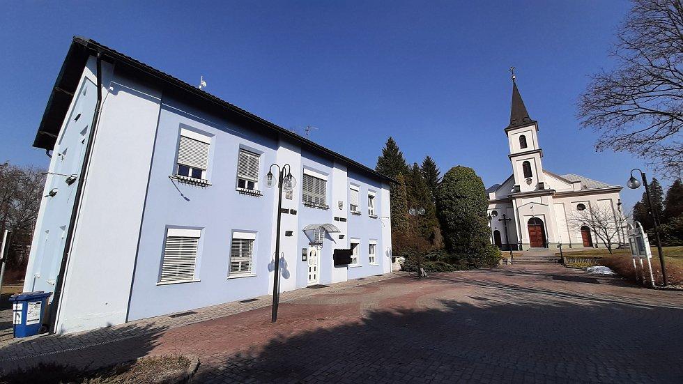 Horní Suchá. Budova obecního úřadu a kostel.