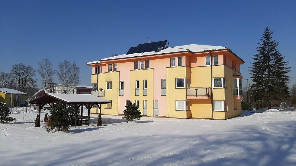 Hornická obec Stonava před 30 lety doslova vstala z popela. Dnes má necelých 2000 obyvatel a velmi dobrou infrastrukturu. Dům s obecními byty.