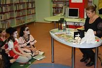 Strašidelné čtení s herečkou Pavlou Tomicovou v karvinské knihovně.