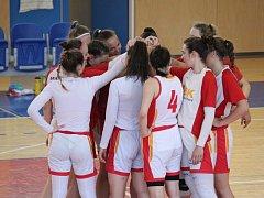 Havířovské basketbalistky (v bílém) se radují z postupu do extraligy.