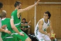 Karvinští basketbalisté vstoupili do sezony. Daniel Smolka (vpravo) podal na začátek velmi dobrý výkon.