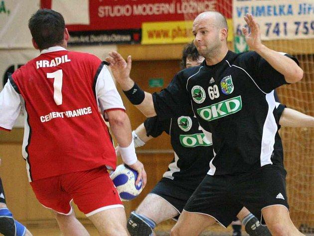 Proti Lovosicím bude v prvé řadě rozhodovat výkon v obranné fázi. V karvinském týmu je pilířem defenzivy Julo Korňan (vpravo).