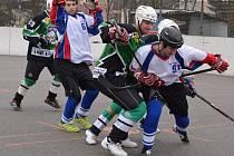 Karvinští hokejbalisté se dotahují na Opavu.