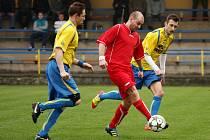 Josef Zoller (v červeném) vsítil v sobotu dva góly svého týmu. Na výhru to nestačilo.