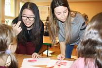 Karvinští školáci ZŠ U Lesa měli minulý týden možnost poznat zvyky a kulturu jiných zemí. V rámci výměnného projektu Edison Karvinou navštívili studenti z Rumunska, Turecka, ale také Číny nebo Indonésie.