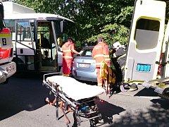 Nehoda autobusu a osobního automobilu.