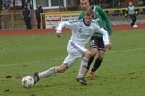 Fotbalisté Karviné (v bílém) vybojovali na brambořišti v Sokolově bod.