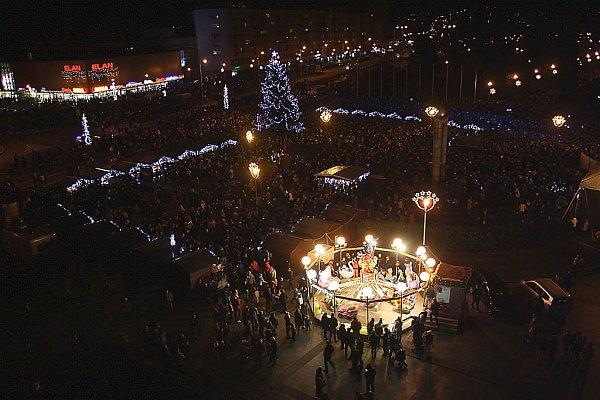 Zaplněné náměstí Republiky při koncertu kapely Kryštof.