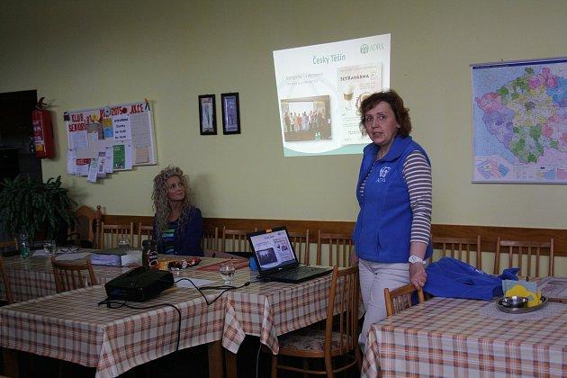 Vedoucí Dobrovolnického centra ADRA Havířova Hana Čadová (vpravo) při školení dobrovolníků.