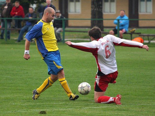 Stonavský snajpr Josef Zoller (ve žlutém) měl zase svůj den. Raškovicím vsítil hattrick.
