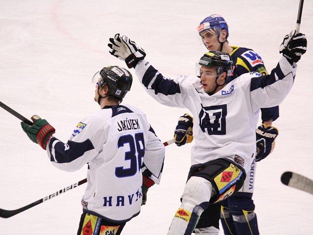 Ústí pokořeno! Hlásí hokejisté Havířova (v bílých dresech), kteří neoblíbeného soka zdolali 3:1.