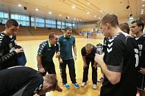 Trenér staršího dorostu Radek Godál promlouvá ke svým svěřencům.