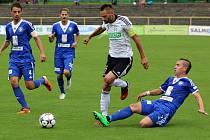 Karvinští fotbalisté (v bílém) porazili Kolín a jsou na pár hodin v čele tabulky.