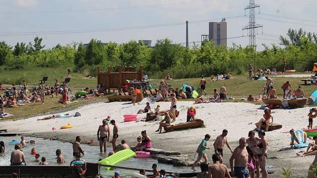 Karvinské moře bylo v neděli, 20. června 2021 v obležení vody a sluncechtivých lidí.