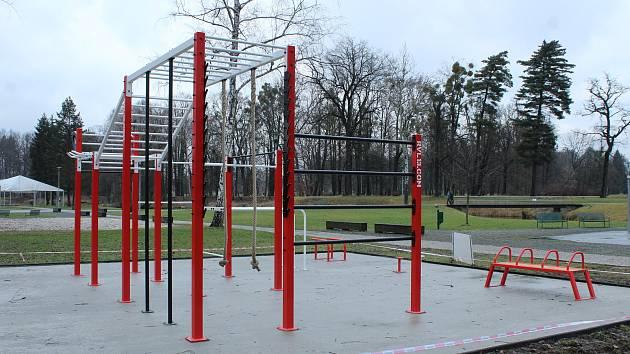 V areálu loděnice v Parku Boženy Němcové vyrostlo nové veřejné hřiště pro workout.