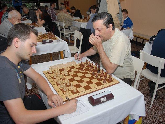 Karvinský Vojtěch Zwardoň (vlevo) v utkání 2. kola proti Jiřímu Stehlíkovi.