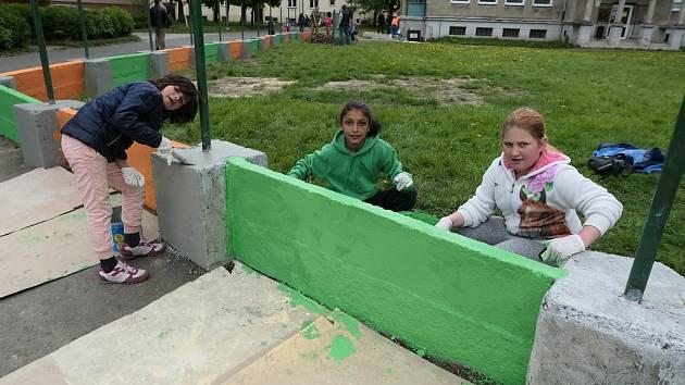 Při úklidu pomohly místní děti a také někteří dospělí obyvatelé.