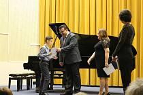 Na ZUŠ Bedřicha Smetany ve čtvrtek proběhlo udělování ocenění nejlepším žákům a spolkům. Kromě udělování cen proběhlo také vystoupení dvou karvinských klavíristů.