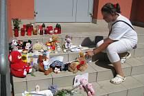Pietní místo vzniklo před domem a školou dívky zemřelé v Egyptě.
