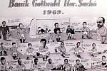 Humorně pojatá společná fotografie fotbalového mužstva TJ Baník zroku 1969.