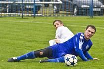 Lukáš Hojdysz v poloze ležícího střelce. V derby se prosadil dvakrát.