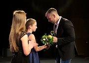 Plavkyně Veronika Hrachovinová přebírá cenu od náměstka primátora Lukáše Raszyka.