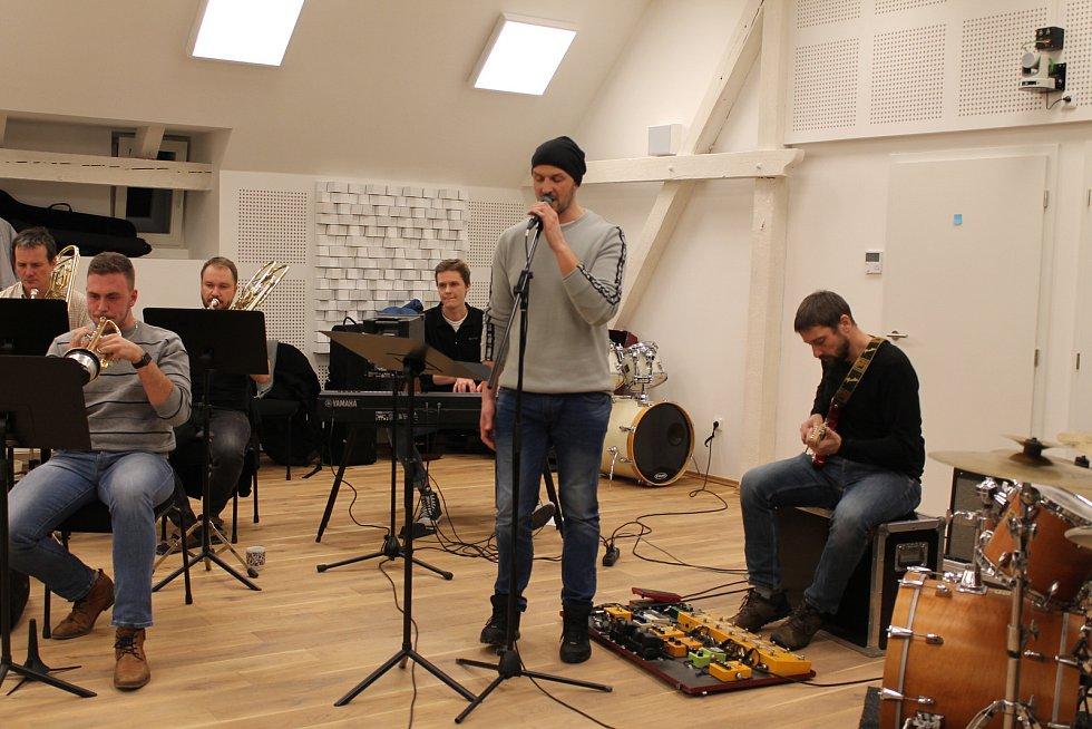 Zkouška orchestru vytvořeného pro Ceny Jantar.